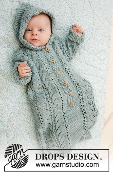 Vauvan neulottu makuupussi DROPS Merino Extra Fine -langasta. Työssä on pitsineuletta, kahden kerroksen helmineuletta ja huppu. Koot keskonen - 4 vuotta. #strickanleitungbaby
