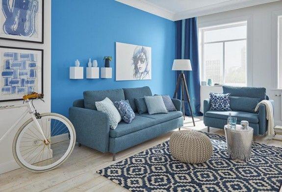 Der Stil kombiniert Blautöne mit viel Weiß und natürlichen