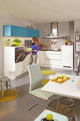 Eckküche mit einer weißen Glasfront.