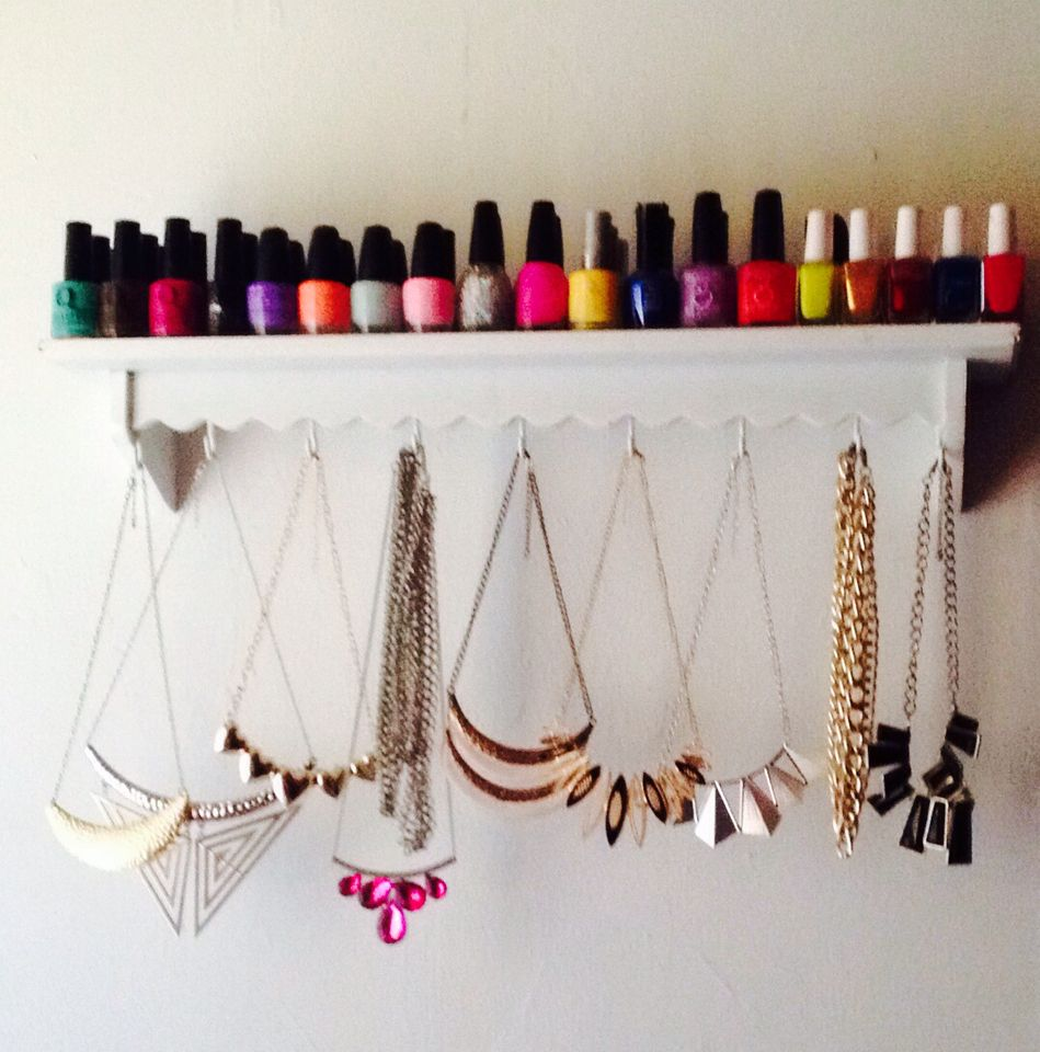 Repisa con pinturas de u as y organizador de collares - Para colgar collares ...