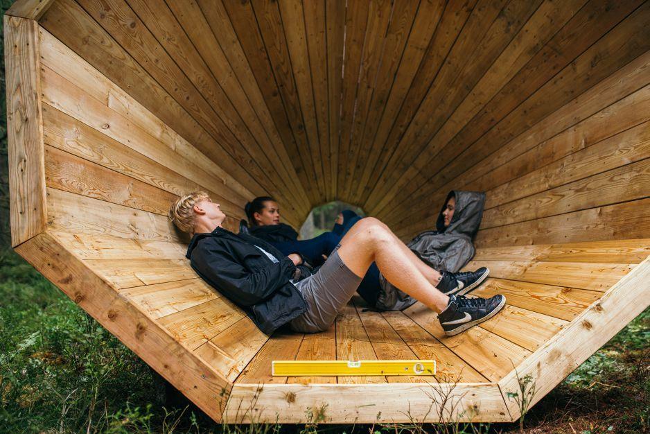 """Estonia...Wielkie megafony do nasłuchiwania lasu .Las jaki jest każdy słyszy. Cichy i głośny jednocześnie. Głuszy akompaniuje tu leśna orkiestra świerszczy, spadających liści i skraplającej się rosy. Estońscy studenci postanowili wydobyć tę subtelną muzykę.  Tak powstały 3 ogromne megafony do nasłuchiwania lasu.  - Będą one działać jak """"estrada"""" dla lasów – tłumaczy Hannes Praks z Wydziału Architektury Wnętrz."""
