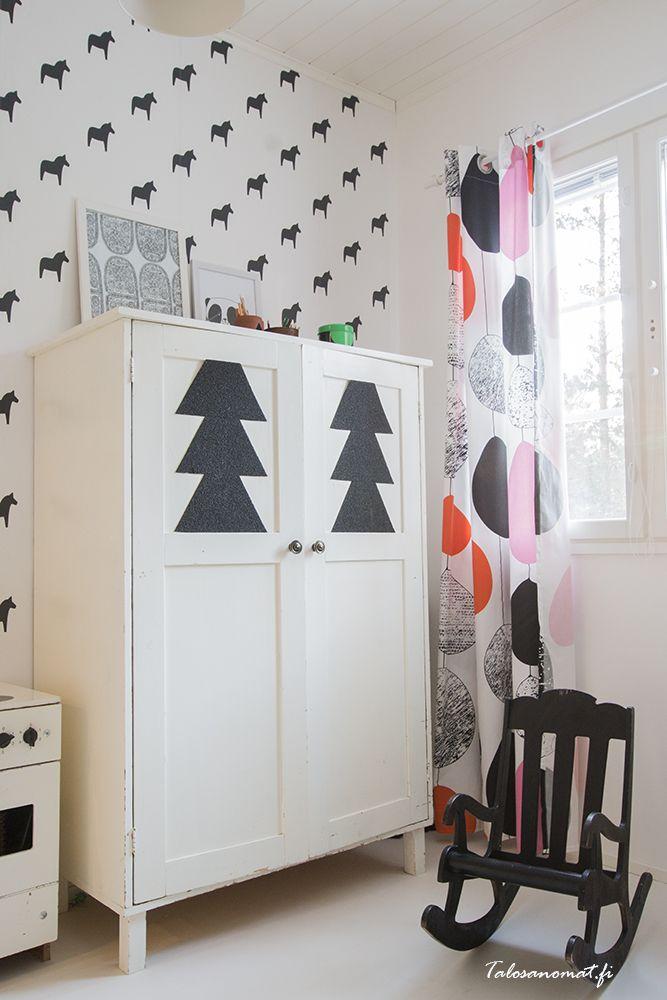 Wat een leuke kinderkamerkast en zuper gaaf zwartwit behang  Meer wooninspiratie op mijn interieurblog http://www.interieurinspiratie.nl/