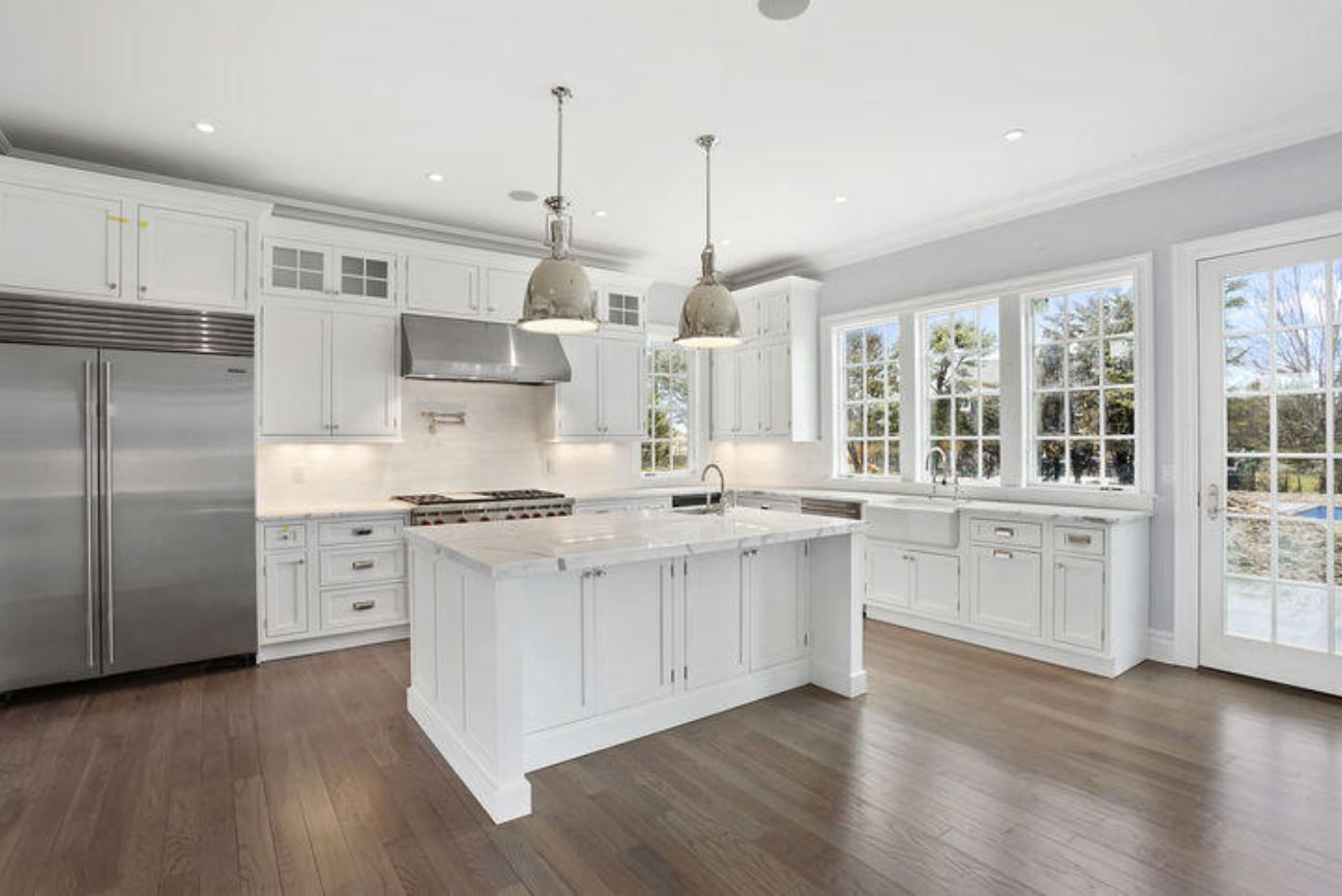 A New Home In Hamptons New York Incorporates The Beautiful Light Reflecting Off The Beach For The Kitch Hamptons Kitchen Hampton Style Kitchen Kitchen Style