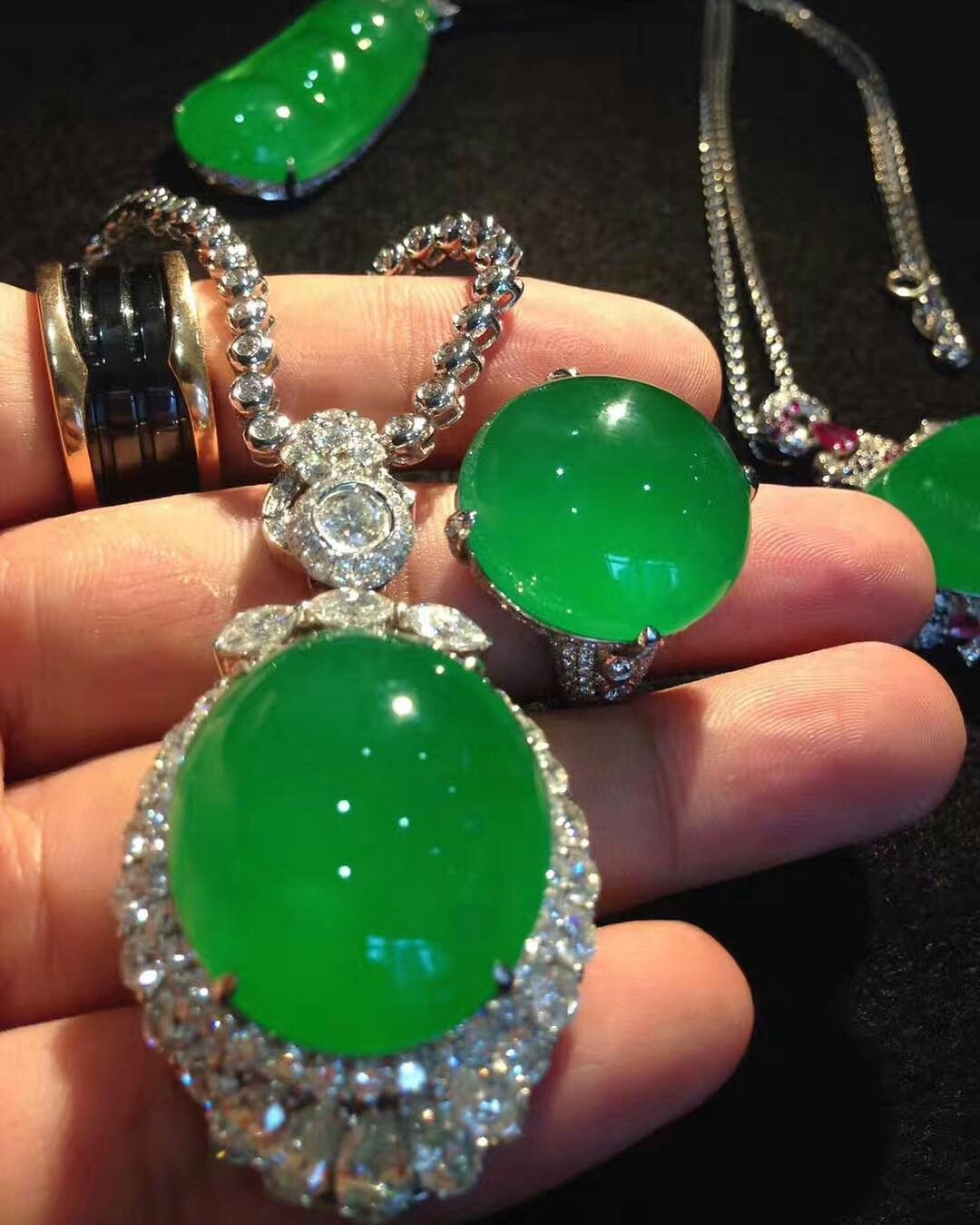 Imperial green jade jewelry jewelry and gemstones for Pictures of jade jewelry