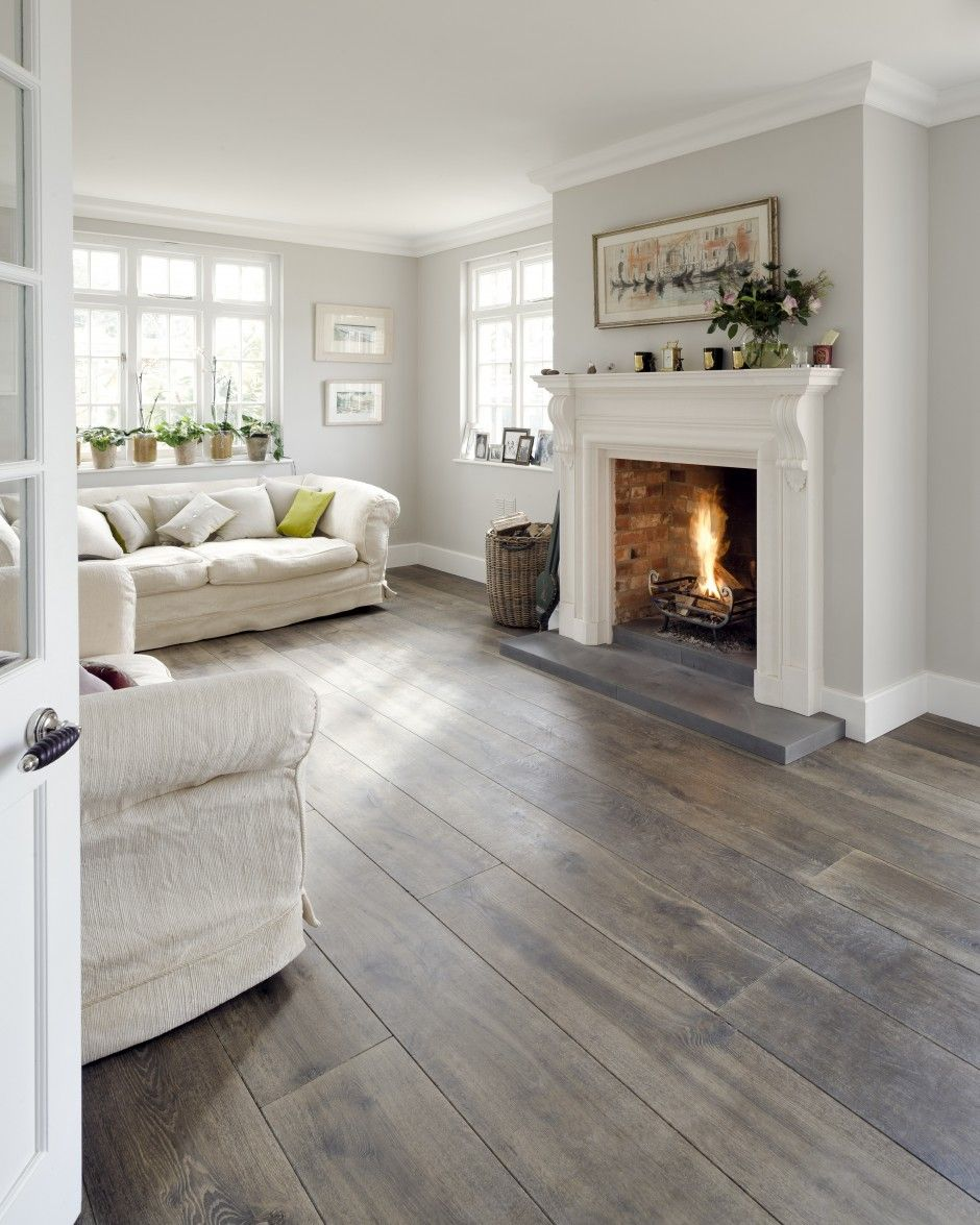 Idea camino classico con la cornice in marmo soggiorno contemporaneo moderno con le pareti grigio chiaro divani color crema e pavimenti in legno massello