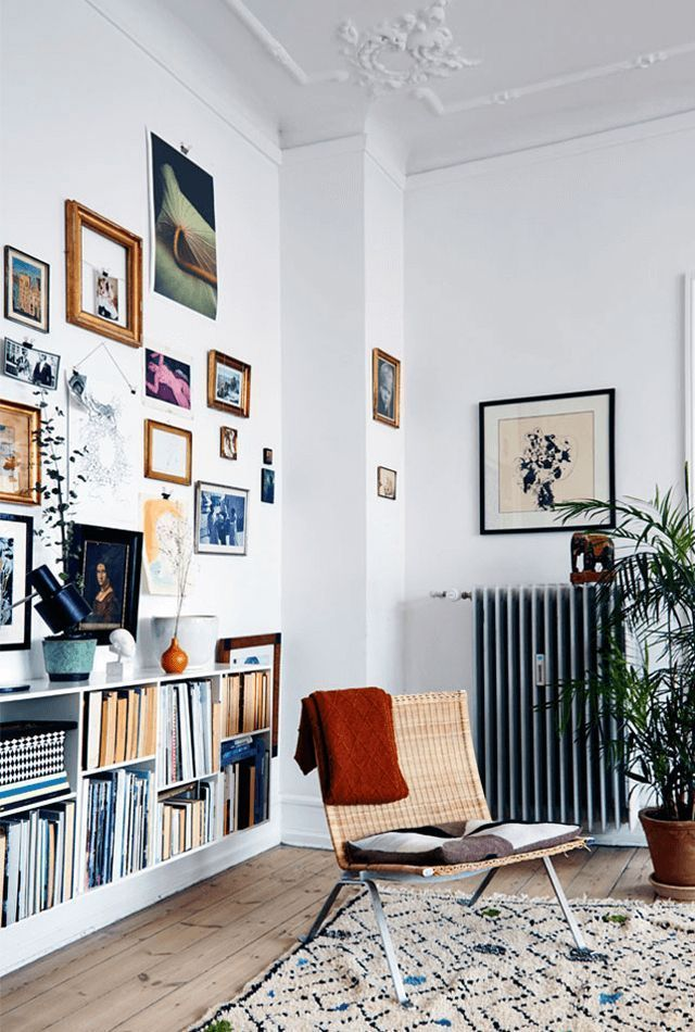 niedriges weißes Bücherregal, schlichtes skandinavisches