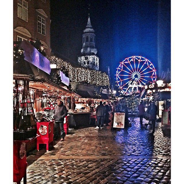Så fik jeg endelig fotograferet julebyen in action Jeg elsker virkelig Aalborg, uanset årstiden, men her i julen er der ekstra kærlighed✨.. Alligevel tager jeg i morgen til #SkallerupKlit, for at nyde et par julefridage ❤️ #nordjylland #Aalborg #julemarked #julespam #julegris #julepsykopat #pariserhjul #christmas #citylife #udegodthjemmebedst  @beknow det var vist dig jeg lovede et billede  #Padgram