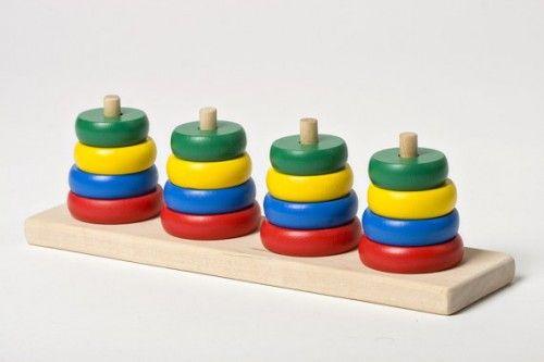 wooden stacking toy                                         Quelle: Pinterest lisa arneill (Das Spiel eignet sich auch als Positionswechsel-Puzzle. Ziel: Auf jedem Stab soll jeweils nur eine Farbe gesammelt werden. Regel: Es darf immer nur ein Spielstein auf einen anderen Stab gesetzt werden, es dürfen maximal fünf übereinander liegen. Ein interessantes Denkspiel.)