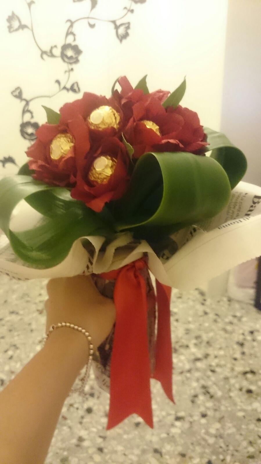 Mazzo di fiori per laurea con cioccolatini ferrero rocher ... e578380ea58d