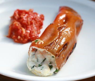 Papriky plněné kozím sýrem s rajčatovou salsou