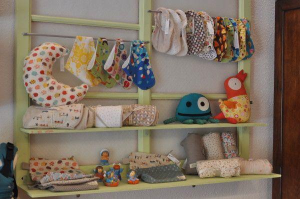 DeTela es una bonita tienda de productos para bebés como pañales de tela, baberos, portabebés, accesorios para la lactancia, cosmética ecológica, etc