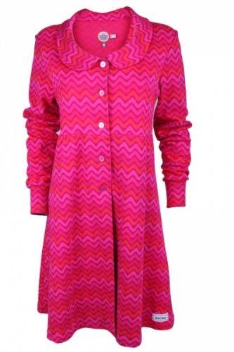 ELVIRA+kjole/jakke,+med+feminin+eleganse.+Kjolen/jakka+har+fin+innsving+i+midje+og+god+vidde+over+hoft.+Kragen+har+tøffe+detaljar+inspirert+av+60-tallet.+Nydeleg+bølgemønster+i+raud/rosa+ton+i+ton. Mønsteret+i+støffet+er+ko:ko+design.+Svært+fin+passform+og+god+i+strørrelse. Kvalitet:+95%+bomull,+5%elastan Totallengd+er+96+cm+i+str.+M.