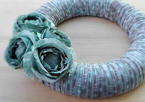 Veniec na dvere Petrolejové kvety 35 cm. / ByBea - SAShE.sk - Handmade Dekorácie