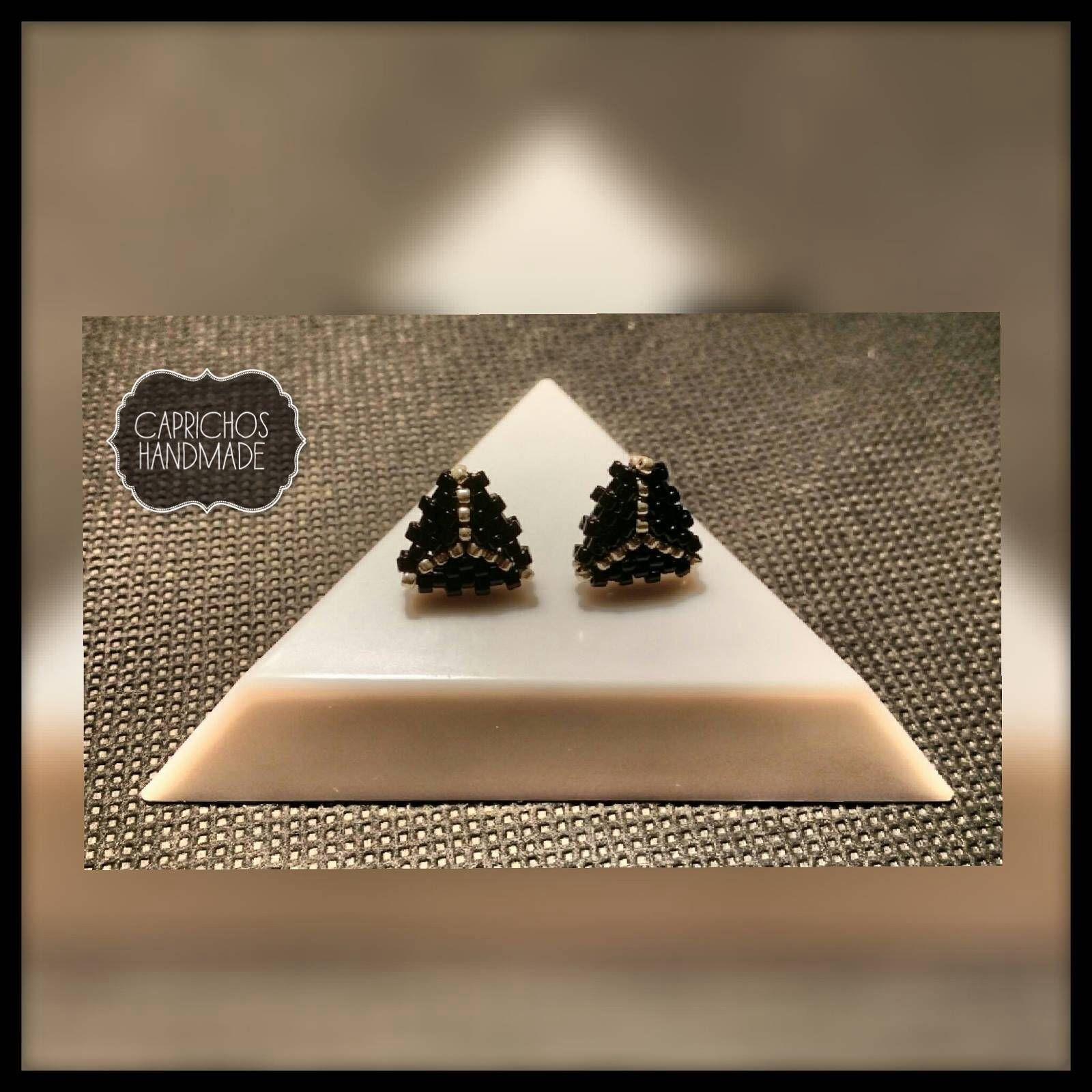 Pendientes triángulos de botón de CaprichosHandmade en Etsy https://www.etsy.com/es/listing/517289224/pendientes-triangulos-de-boton