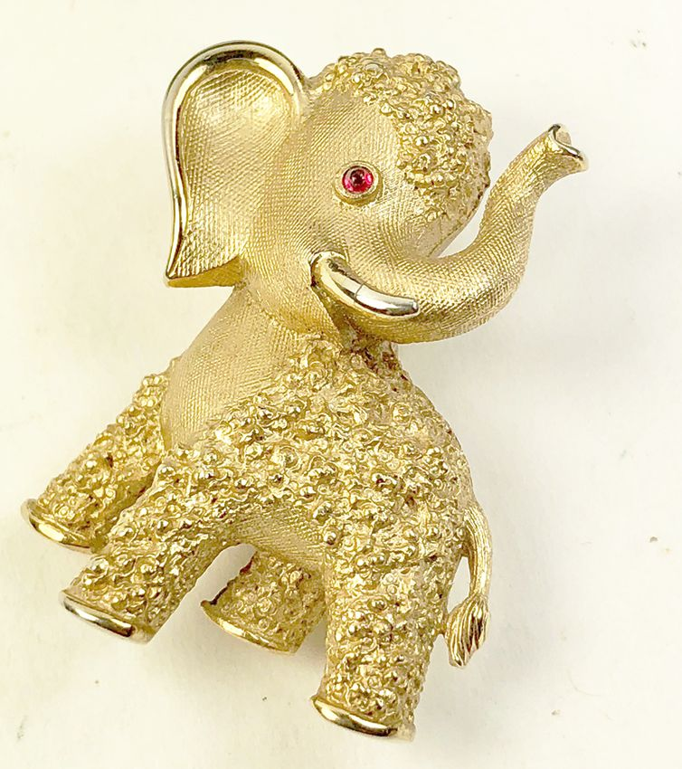 VINTAGE GOLDTONE METAL ELEPHANT PENDANT RHINESTONE EYE Red/'s Vintage Stuff!