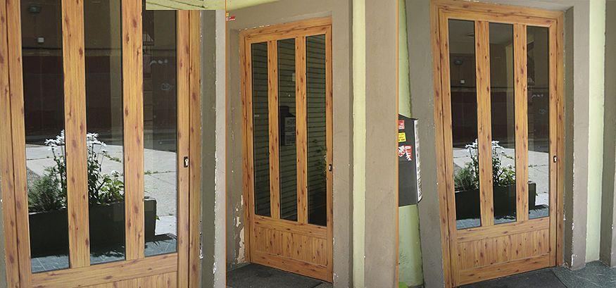 Puerta de entrada en aluminio color madera.