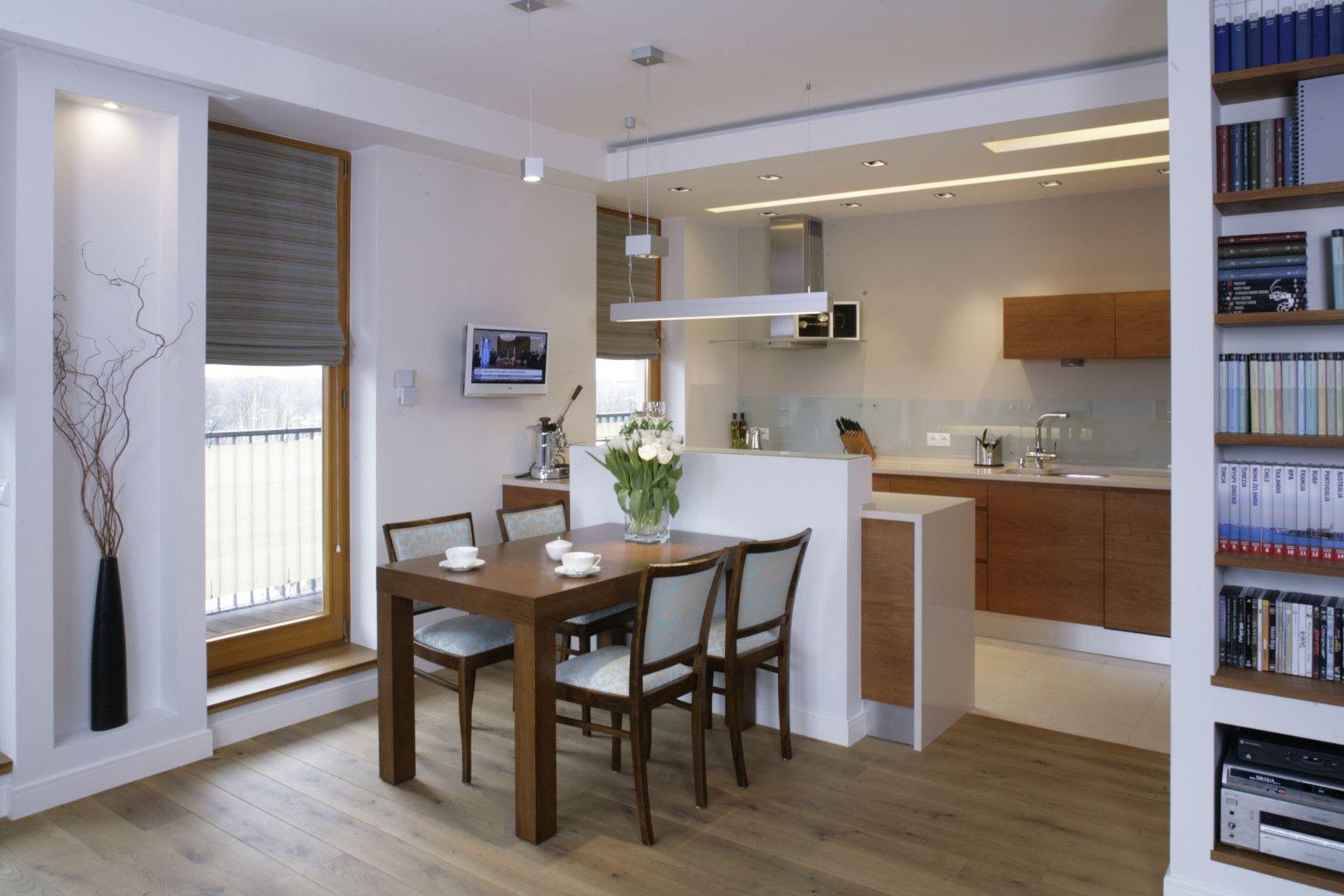 Kuchnia Otwarta Na Jadalnie Oba Pomieszczenia Podzielono Niewielkim Polwyspem Ktory Zapewnia Takze Dodatkowe Miejsce Na Przyg Home New Homes Kitchen Cabinets
