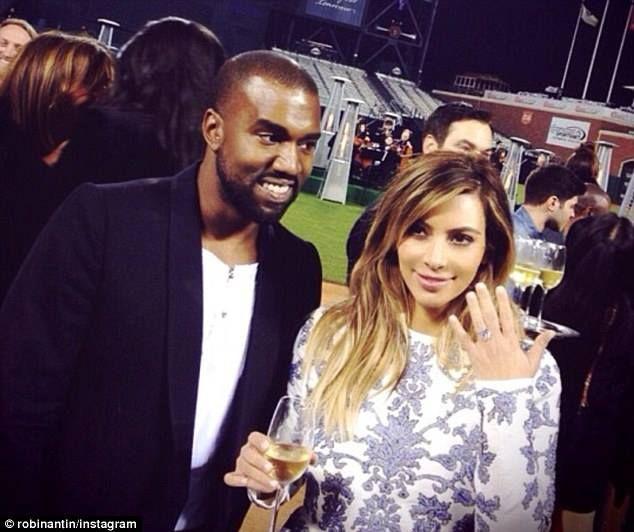 Ficaram noivos no estádio de futebol americano? É um dos meus casais de celebridades favoritos, Kim Kardashian e Kanye West, apenas um detalhe… anel de noivado de 5 milhões de dólares, o bebé North tem muita sorte de ter estes belos pais que se amam muito, mal posso esperar pela data do casamento… http://gagicrc.com/media/mainmedia/ficaram-noivos-no-estadio-de-futebol-americano/