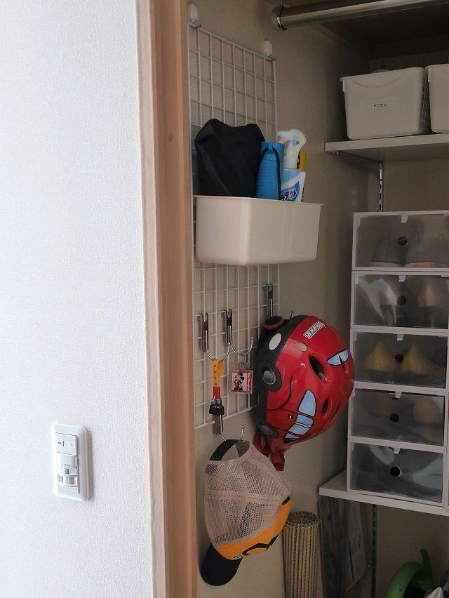 100均のワイヤーネットで玄関に壁面収納を 子どもが自分でできる仕組みにも最適 片づけ収納ドットコム クローゼット 収納 インテリア 収納 収納 アイデア