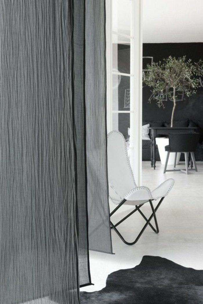 les rideaux gris dans le salon avec un tapis en peau d\'animal noir ...