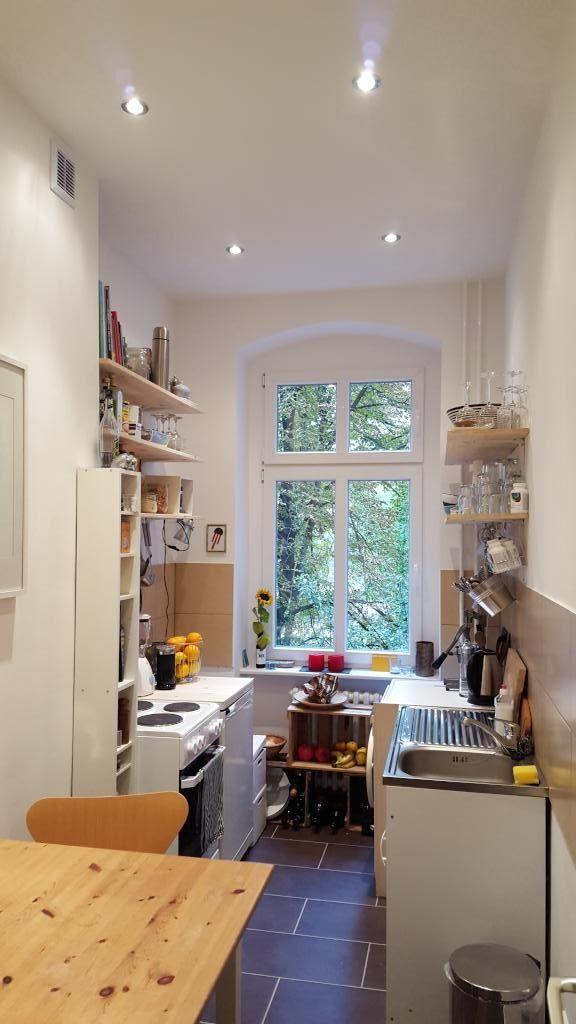 Kleine Küche einrichten: Neben einem großen Fenster für ...