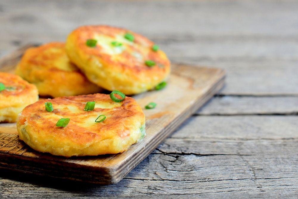 Recette de Galettes de pommes de terre et lardons. Facile et rapide à réaliser, goûteuse et diététique. Ingrédients, préparation et recettes associées.