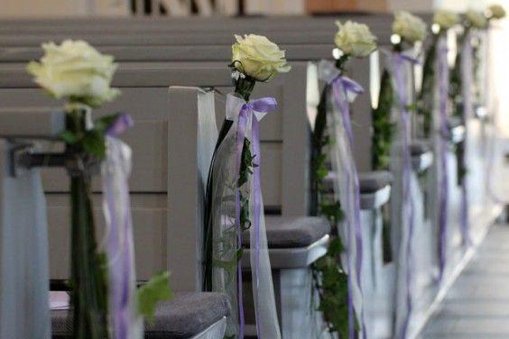 Kirchendeko f r hochzeit lila rosen deko und lila for Dekoration hochzeit kirche