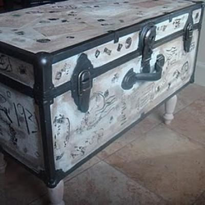 How to create a vintage table from trunk trash to for How to turn a trunk into a coffee table