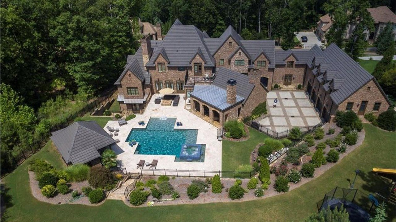 Timeless and Charming Stone Manor Homes Looks Like an Old