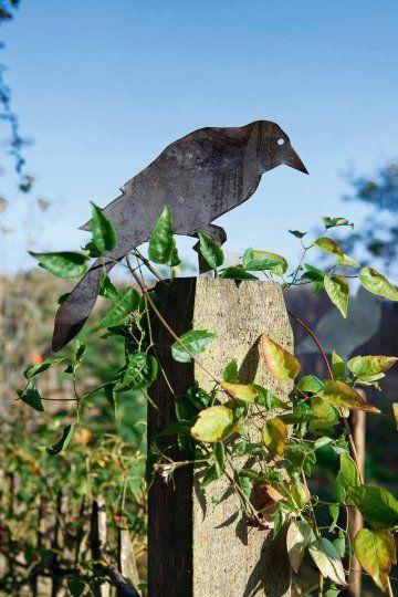 un corbeau de jardin en zinc | gardens, the o'jays and scare crow