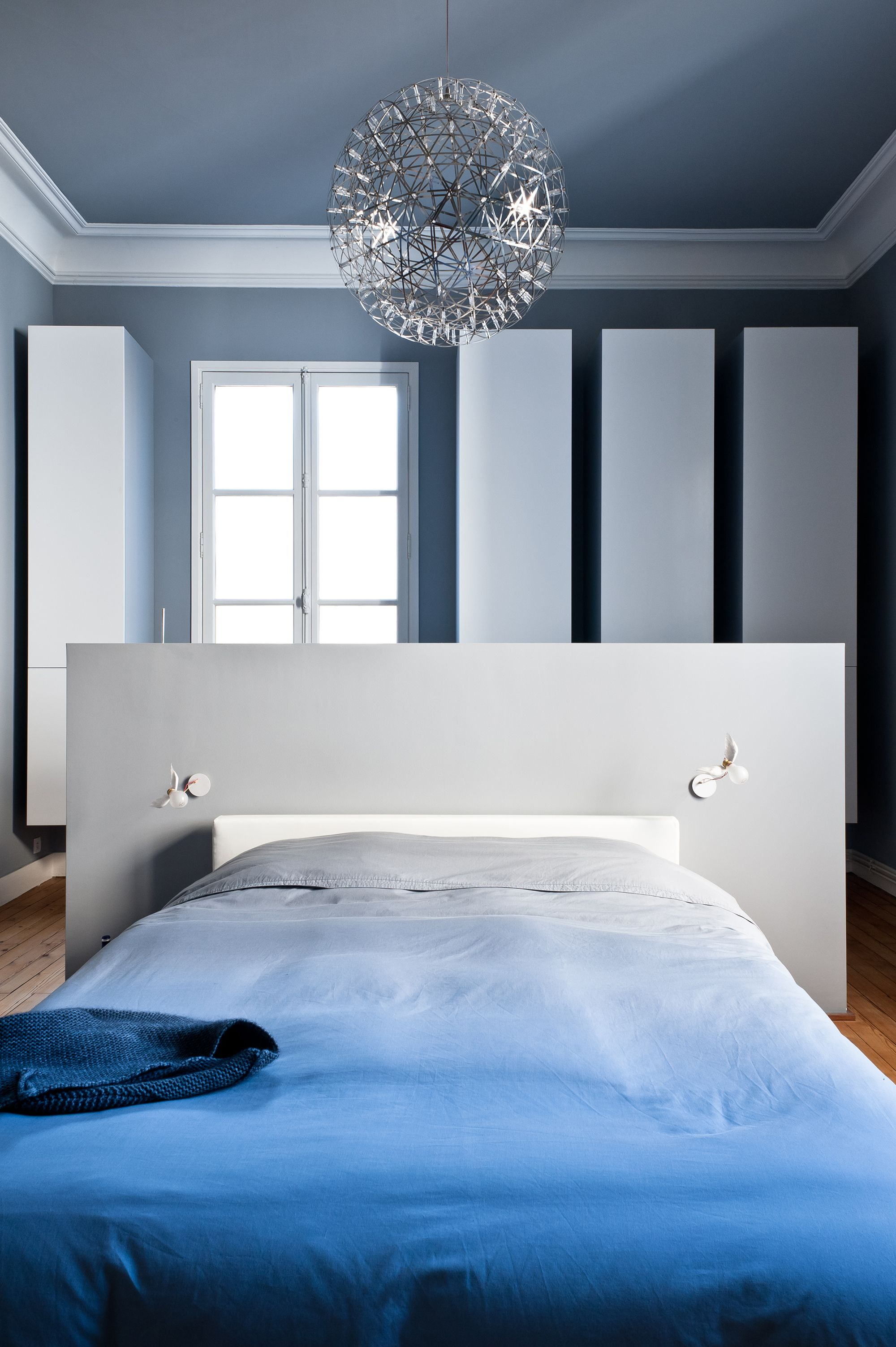 chambre bleue et blanche avec ornements anciens r am nag e dans appartement haussmannien. Black Bedroom Furniture Sets. Home Design Ideas