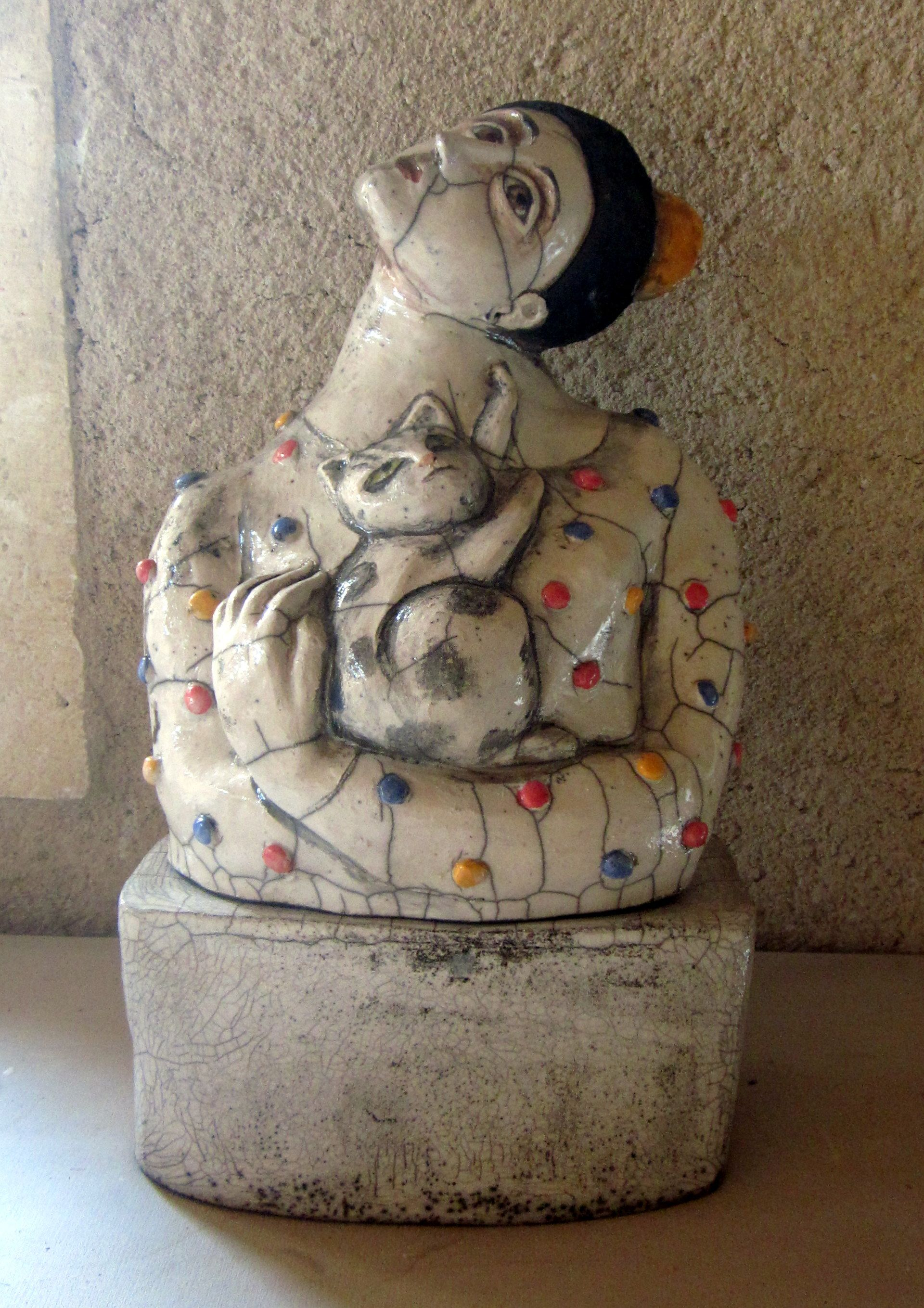 Lady with a kitten. Raku sculpture by Jessie Mooy