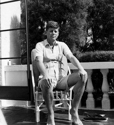 John F. Kennedy avec un corset.