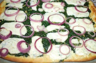 Pizza met wilde spinazie en haloumi