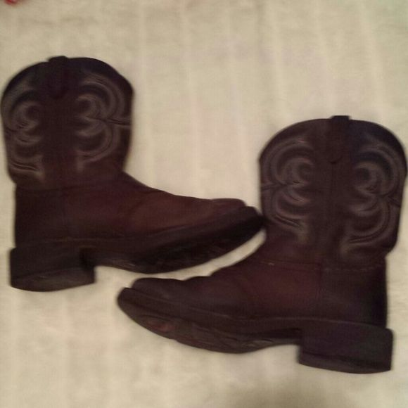 LIKE NEW WOMENS JUSTIN BOOTS 8B Like new comfy pair of women's Justin boots. In great shape and only worn a few times. 11 inches from top to bottoon. They are size 8B. May consider trade! Justin Shoes