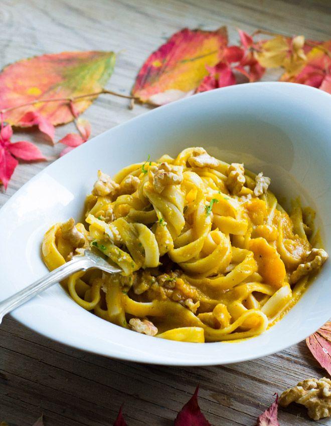 Pasta mit sehr cremiger Sauce aus Butternut-Kürbis, brauner Butter und Parmesan mit gerösteten Walnüssen. #herbstgerichte