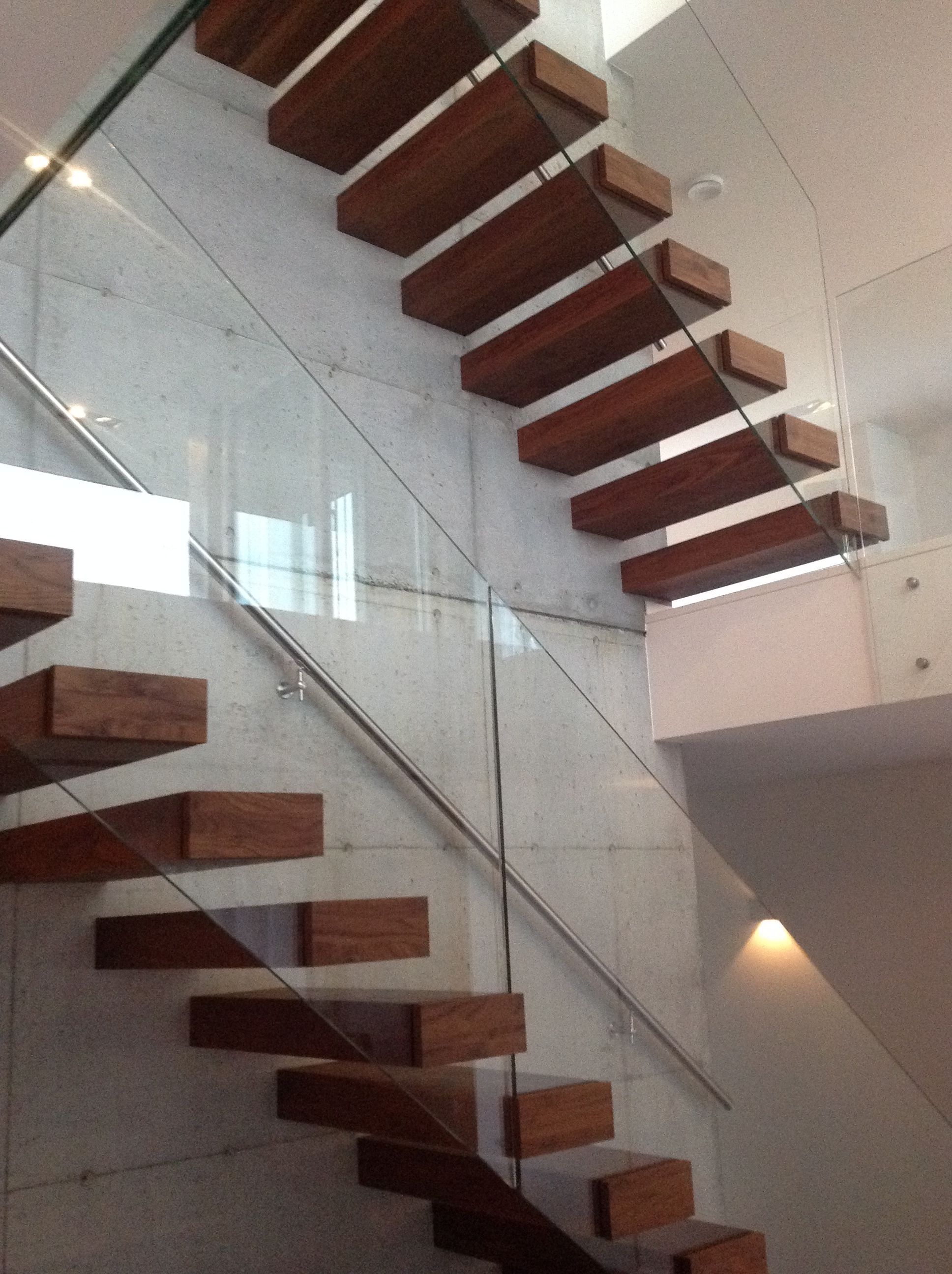 Best Modern Cantilevered Stairs On Concrete Wall Www 400 x 300