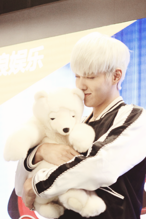 Wu Yi Fan at Idol Hug