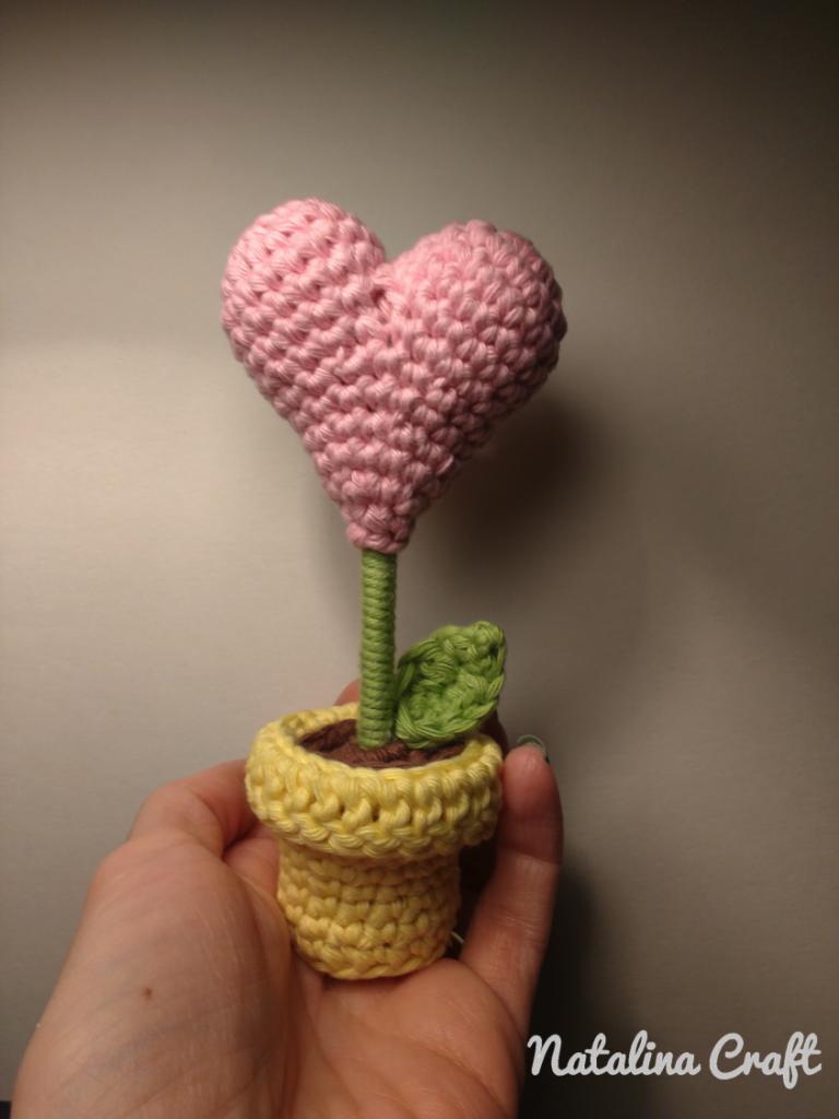 Free Pattern: Crochet heart-shaped flower - Patron gratuit: Fleur coeur #crochetapplicates