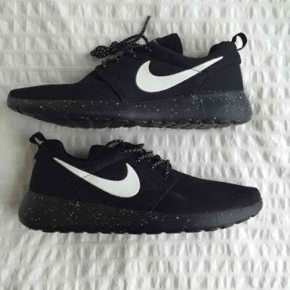 Brand NEW NIKE ROSHE 7 Brand NEW, COMES WITH TAG (tag was under shoe
