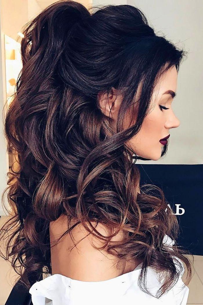 Lange Haare Lockige Haare Auf Einem Pferdeschwanz Prachtige Frisur Brautjungfer Ei Brautjungfer Haare Frisuren Lange Lockige Haare Frisur Lange Haare Locken