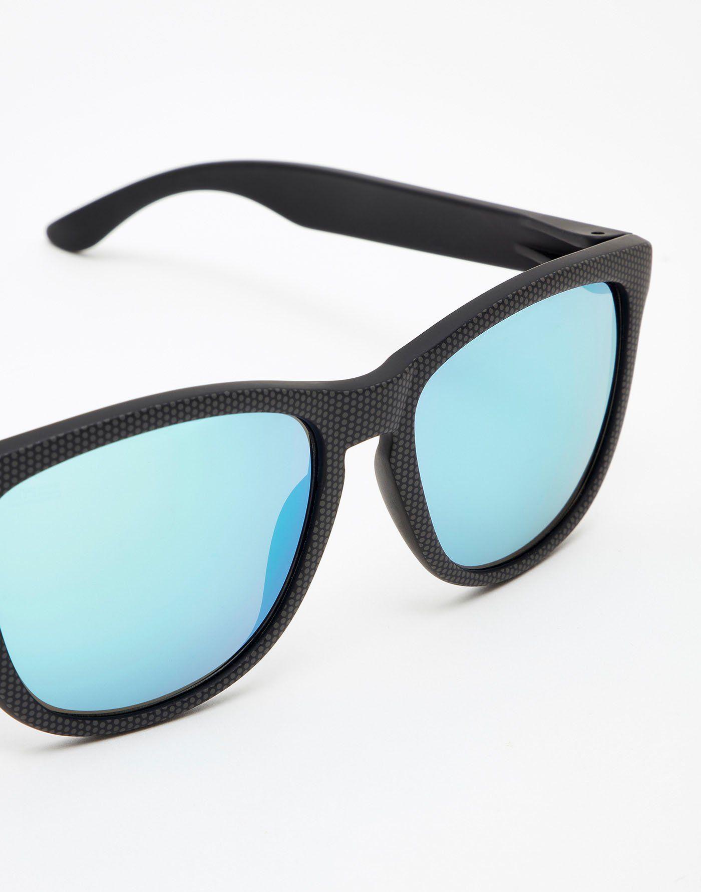 7f4661e4b2 CARBONO SPOTTED BLUE CHROME ONE La colección One se define por sus modelos  de gafas de