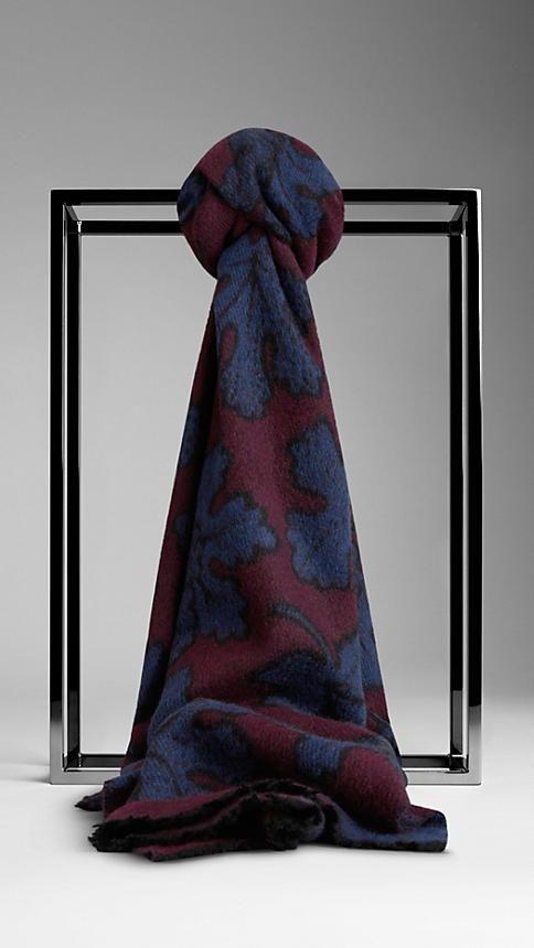 Découvrez les écharpes Burberry pour homme, en laine vierge ou mélangée  mais aussi en cachemire, dans divers coloris et imprimés inspirés des  défilés. b406432818b