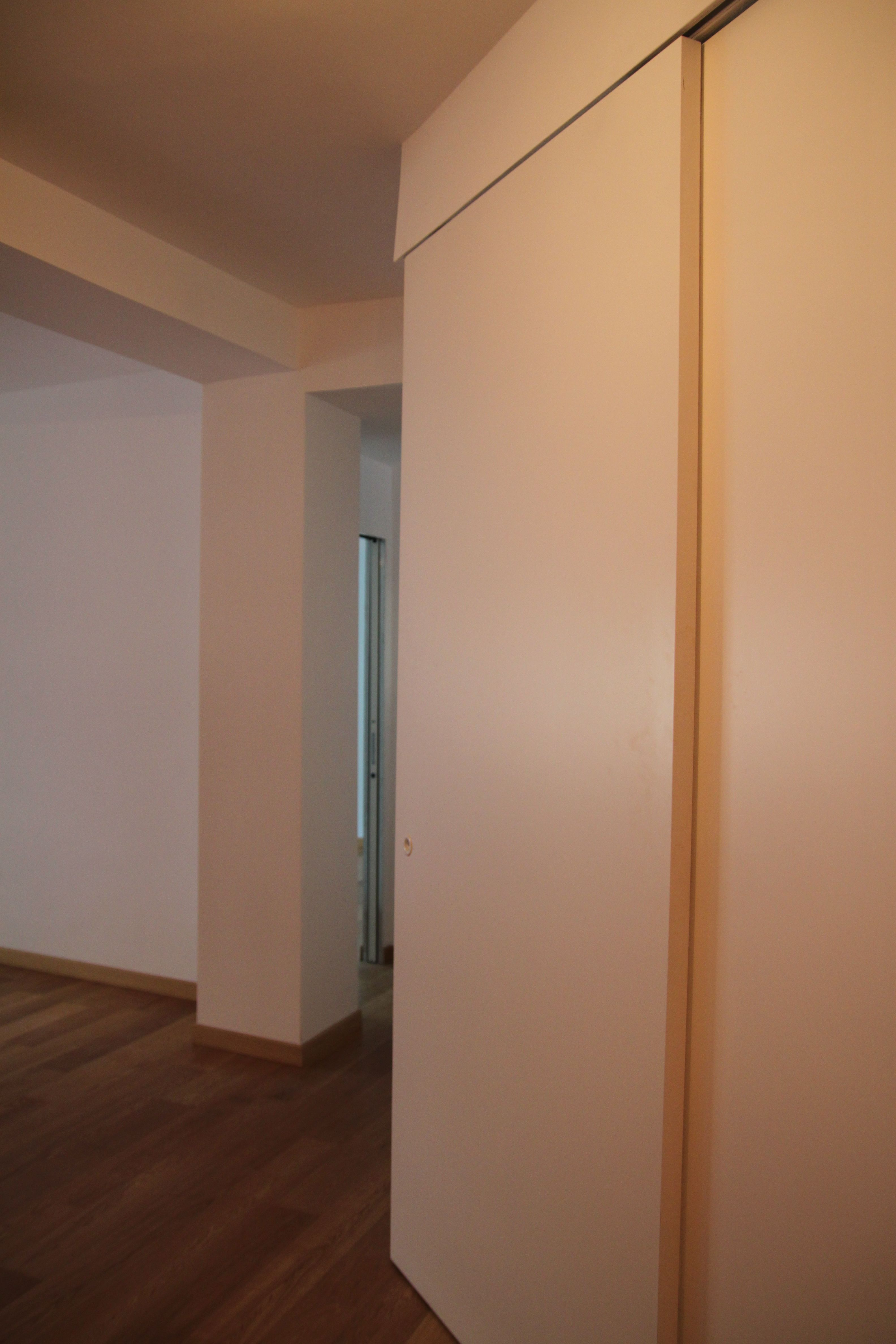 casa Napolitano, Roma. porta scorrevole a soffitto che ...