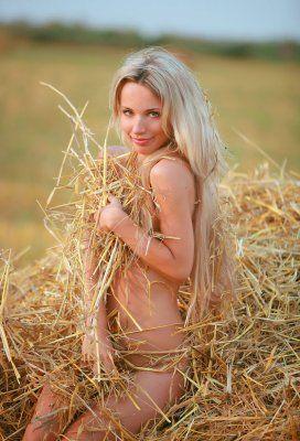 Фото голая девушка на сене крупный план, порно лесби подружка разозлилась на свою подружку
