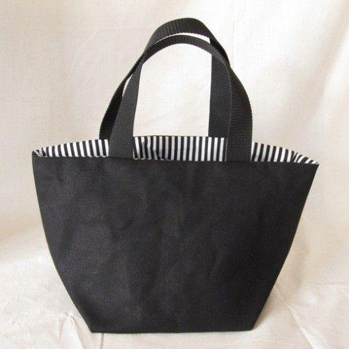 8号帆布を使ったトートバッグです。内側は白×黒のストライプ、定期券等を入れられるポケットがついています。【素材】表布:帆布(コットン 100%)内...|ハンドメイド、手作り、手仕事品の通販・販売・購入ならCreema。