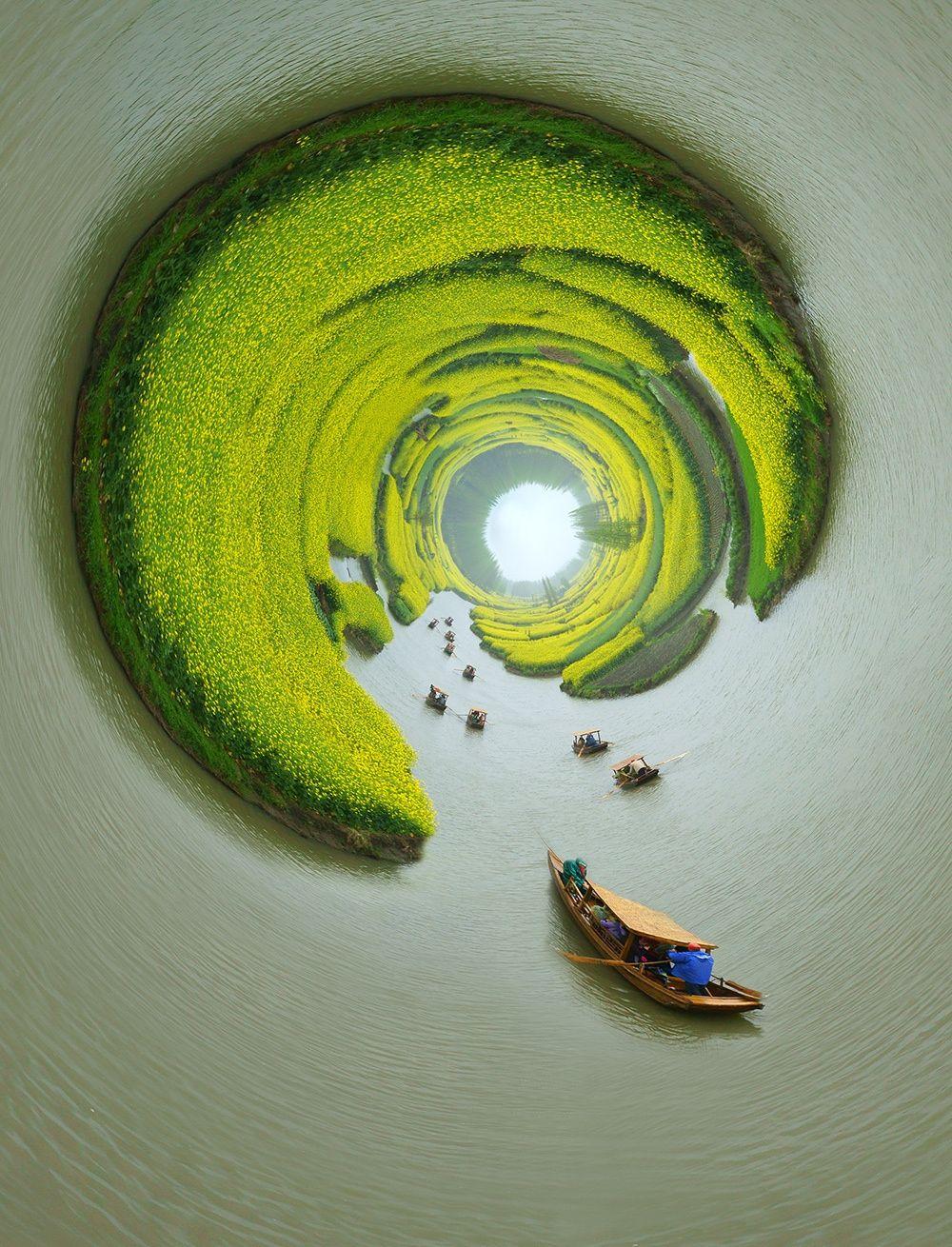 """别有洞天 - 江苏兴化的""""千垛油菜花""""是著名景区,作者运用极座标手法,把平面的油菜花田,变成了立体艺术图片。"""