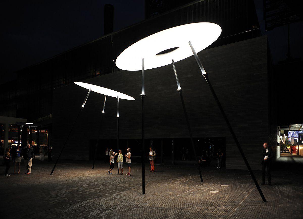 O designer alemão Ingo Maurer é um dos grandes mestres da iluminação contemporânea e suas criações sempre surpreendem, seja pelo gigantismo, seja pela simplicidade. Veja mais em http://goo.gl/xwrL7E