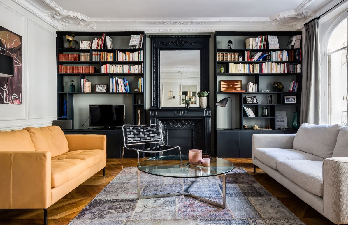 Comment Moderniser Un Appartement Haussmannien In 2020 Living Room And Bedroom In One Small Studio Apartment Decorating French Living Rooms