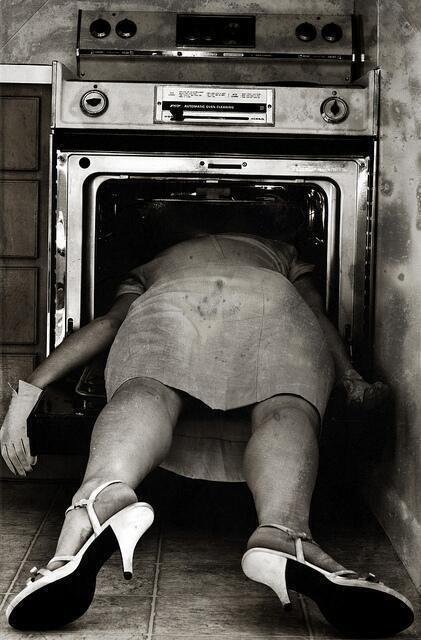 Suicidio de una mujer en la época de los 50.
